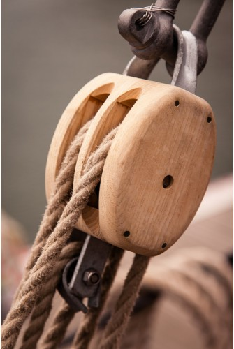 Snatch block wooden pulley